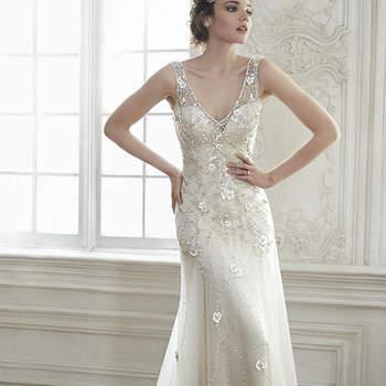 """La combinación perfecta de elegancia y romanticismo se combinan en este vestido de novia de tul, con apliques tridimensionales florales, cristales de Swarovski espumosos y mangas tipo ilusión. Los patrones intrincados de los cristales de Swarovski adornan todo el look. Acabado con botón de cristal sobre cierre de cremallera.  <a href=""""http://www.maggiesottero.com/dress.aspx?style=5MT024"""" target=""""_blank"""">Maggie Sottero Spring 2015</a>"""