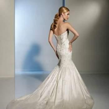 Belle robe de mariée 2012 sirène avec sa traîne ornée de cristal et broderie en satin pour les mariées. Vue de dos. Crédit photo: Pour les mariées