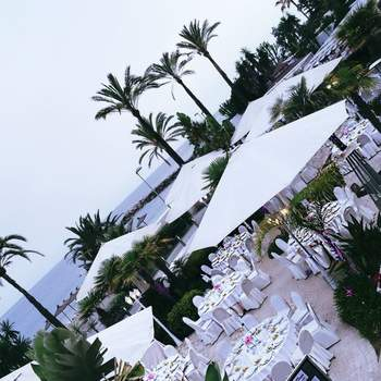 Ubicado en un enclave exclusivo de Marbella, a tan sólo cinco minutos del centro de Puerto Banús. Celebrar vuestro enlace en la playa y regalar a vuestros invitados una experiencia memorable.