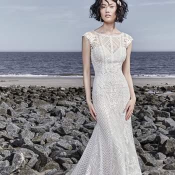 """<a href=""""https://www.maggiesottero.com/sottero-and-midgley/sutton/11571"""">Maggie Sottero</a> <br> Sophistiquée, cette robe de mariée à la coupe ajustée et évasée est ornée de dentelle et de dentelle transparente le décolleté, les manches et le dos."""
