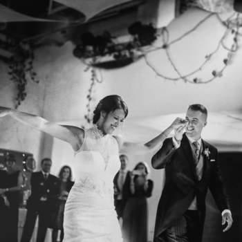 """Foto: Sofia Nihal Fotografía   Todos los momentos de la boda tienen su magia, pero hay algunos, como el primer baile que son realmente auténticos. Las fotos que realiza esta experta de la cámara de Ibiza son frescas y naturales. """"Me gusta captar los momentos sin que los novios o invitados sepan que estoy ahí, teniendo como resultado imágenes que transmitan, que expresen la felicidad del día"""", detalla."""