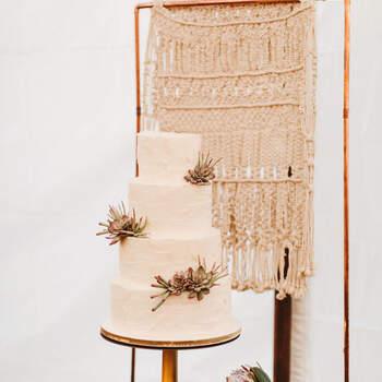 Foto: Pat Furey Photography - Pastel blanco con suculentas