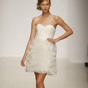 Vestido de novia corto, con falda de plumas de tul bordadas
