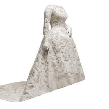 Robe de mariée avec traîne et manches longues. Broderies raffinées et ravissantes. Photo : Balenciaga