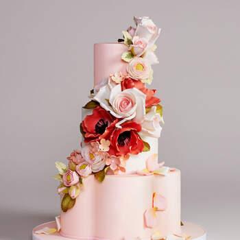 Foto: Bottega Louie Photography - Pastel de boda en tonos claros con flores y pétalos