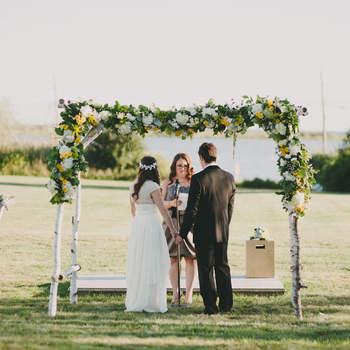 Con un pequeño altar y unas flores puedes conseguir una preciosa boda en el campo. Foto: Alexandra Roberts.