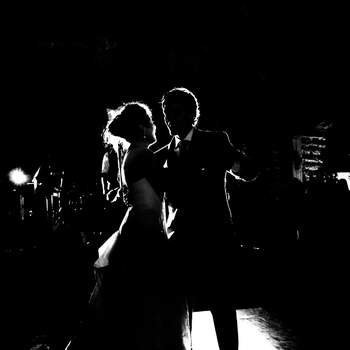 Casamento Roberta Sahira e Marcelo Limongi: casamento realizado em Sete Lagoas, Minas Gerais, no Hotel Fazenda Solar do Engenho no dia 01 de junho de 2012. A foto foi feita num momento especial, a primeira dança dos noivos depois de casados. Eles nem notaram a presença do fotógrafo, que quis valorizar a luz do local. Como se destacasse somente o brilho da união dos dois.