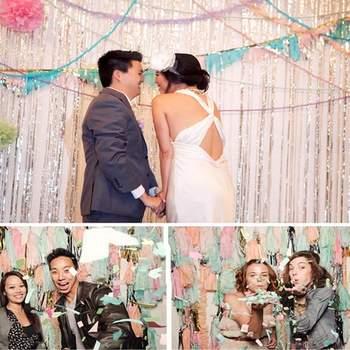 Une décoration extérieure haute en couleurs ! Pompons, fanions et guirlandes égayeront le lieu de réception de votre mariage. - Photo : Raya Carlisle