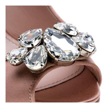 Los zapatos brillantes y con pedrería son ideales para asistir a una boda. Sin duda le darán vida a tu atuendo y harán lucir al 100% tu vestido. Foto de Miu Miu.