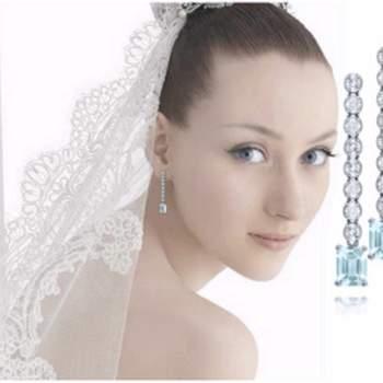 Largos con 8 diamantes, extremo con piedra aguamariana en forma rectangular.