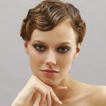 Des cheveux courts ondulés et bien peignés : une coiffure très glamour. - Source : donnaclick.it