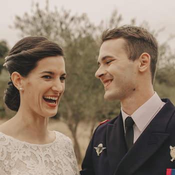 Photo : Coco Egia - Tout au long de la journée de mariage, Coco capte les détails, parfois insignifiants à première vue, pour les mettre en lumière. Le résultat en dit long, comme le prouve cette photographie, où le sourire de la mariée et le regard de son conjoint valent bien plus que des mots.