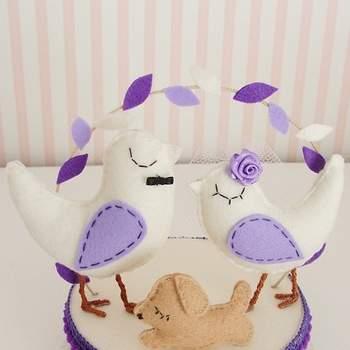 Une jolie association de couleurs pour ces figurines oiseaux qui iront à merveille sur votre gâteau de mariage. Photo : Amor Pinga