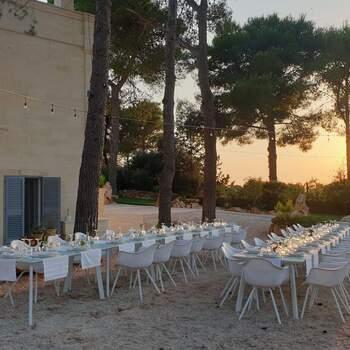 Qui, Mediterraneo: La luce del sole filtrata dai rami degli ulivi, la magia di un tramonto estivo è protagonista del tuo evento all'aperto.