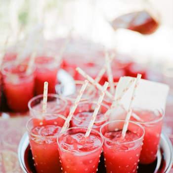 Otra opción muy sencilla puede ser esta bebida de Vodka con zumo de limón y fresas. Su elaboración te llevará apenas 15 minutos y tan solo necesitas: vodka, zumo de melón y fresa y lima. Foto: Meg Smith Photography