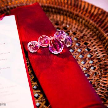 Cada detalhe da decoração faz a diferença no casamento. Por isto, inspire-se nestas 12 lindas opções para decorar seus guardanapos.