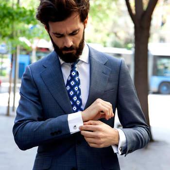 Traje azul con corbata azul eléctrico estampada. Credits: Hackett London