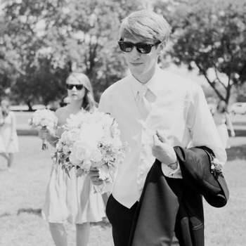 Gafas de montura y chaleco son una apuesta de lo más moderna para el novio. Foto: Heather Hawkins Photography
