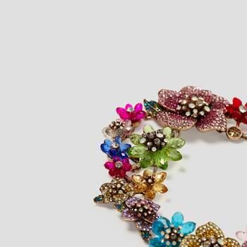 Collar joya de flores de colores. Credits: Zara