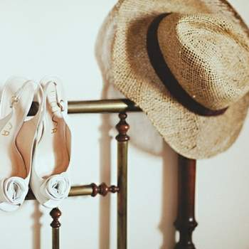 Chaussures peep-toe blanches avec des roses prises par attitudefotografia.