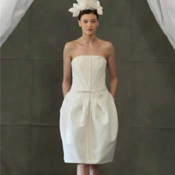 """Vestido de noiva curto, da colecção Carolina Herrera Primavera 2013.Foto: <a href=""""http://zankyou.9nl.de/jr6r"""" target=""""_blank"""">Pronovias 2014</a>"""