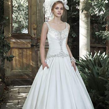 """Luxuoso e boêmio, este vestido de baile Elodie Mikado  brilha com cristais bordados Swarovski e pérolas que adornam um corpete plissado e uma  saia plissada com bolsos. Decote ilusão  e botões de cristal sobre o zíper e feche do espartilho interior, adicionam uma dose extra de glamour.  <a href=""""http://www.maggiesottero.com/dress.aspx?style=5MS706"""" target=""""_blank"""">Maggie Sottero</a>"""