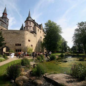 """Schlosspark - schöner Empfang mit Teich  <a href=""""http://www.schloss-romrod.com"""">Schloss Romrod</a>"""