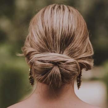 Penteado para noiva com coque baixo   Foto: Urvan