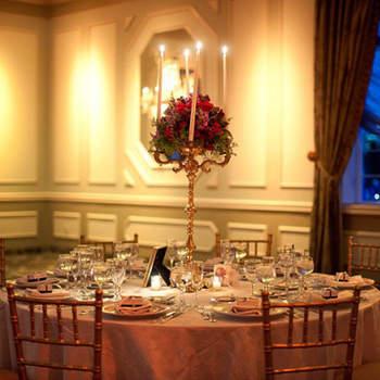Elegante centro de mesa con rosas rojas.