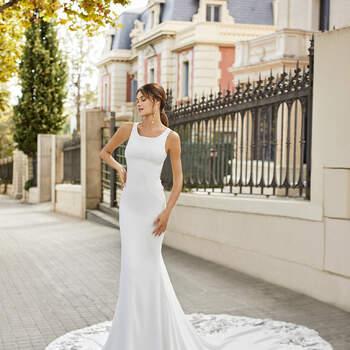 Nada mais sofisticado do que um vestido de noiva com decote redondo, que complementa com simplicidade um modelo super sexy. | Rosa Clará 2021