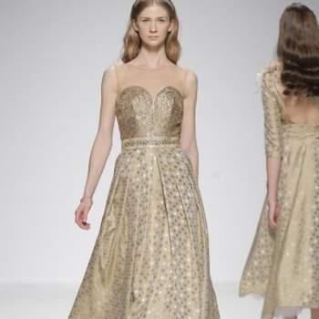 Длинное вечернее платье с декольте в форме сердца, бежевого цвета.