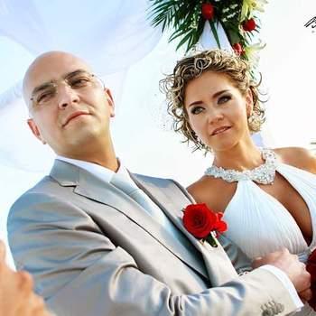 Boutonnière du marié avec une rose rouge, qui se combine avec le bouquet de la mariée. Photo : Belmont