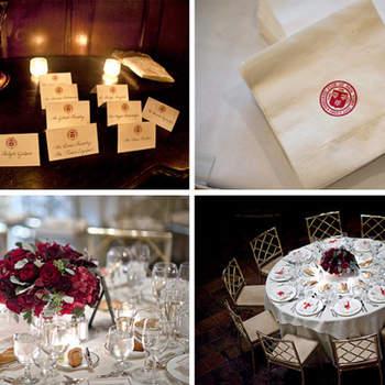 Centro de flores rojas combinadas a juego con el símbolo de la boda.