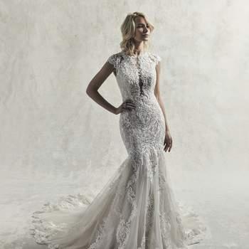 Este sofisticado vestido de novia presenta cascadas de tul con motivos de encaje y cristales de Swarovski.