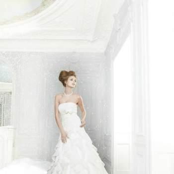 Robe de mariée sirène avec une jupe en cascade de volants d'organza verticaux. Modèle : Brillante Féerie. - Source : Pronuptia