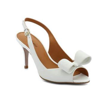 Escarpins blancs Cosmo-Paris, modèle Solale mariage. Ravissant noeud posé à l'avant de la chaussure.