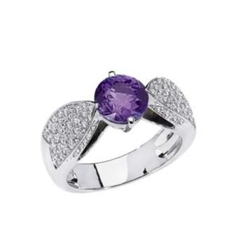 Solitaire Plume de Chaumet en or gris 18 carats, diamants, serti d'un saphir violet. Crédit photo: Chaumet