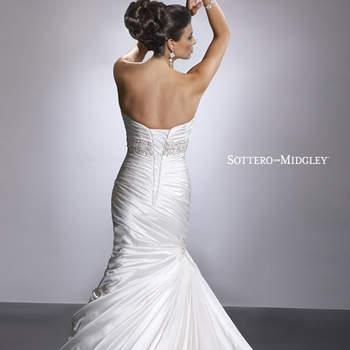 """Vestido de novia confeccionado en satén estilo silueta sirena. El modelo cuenta con escote corazón pronunciado, falda de corte asimétrico y cauda larga. El diseño se complementa con un cinturón de apliques y cristales de Swarovski.   <a href=""""http://www.sotteroandmidgley.com/dress.aspx?style=JSM1307LU"""" target=""""_blank"""">Sottero &amp; Midgley Platinum 2015</a>"""