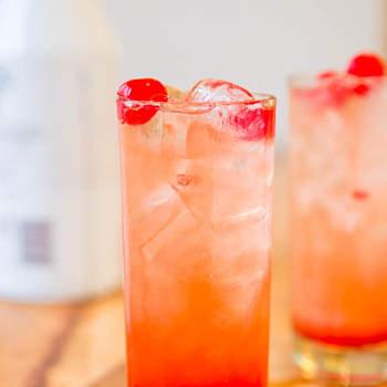 Otra opción, Malibu Sunset, una bebida muy refrescante elaborada con malibú, zumo de piña, naranja y arándanos. Foto: Averiecooks. Foto: averiecooks