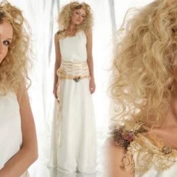 Robe de mariée Elsa Gary 2012, modèle Grandiose. Ceinture et ravissants détails autour du cou.- Source : Elsa Gary