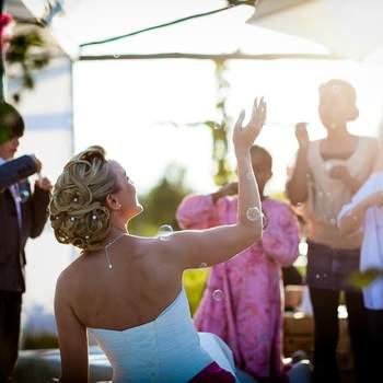 """Alex Kaeslin studierte sein Handwerk während einer zweijährigen Ausbildung in Melbourne/Australien und schloss mit einem """"Diploma of Arts"""" ab.  Anschliessend reiste er für knapp drei Jahre auf dem Land- und Seeweg von Australien zurück in die Schweiz. Auf dieser Reise lernte er den Umgang mit verschiedensten Kulturen, Menschen, Sprachen und Religionen.  Diese Lebensschule nimmt er nun mit in die Hochzeitsfotografie. Alex versteht es, auf die individuellen Wünsche und  Charaktere einzugehen. Seine Hochzeitsfotografie ist zeitlos, kreativ, spontan, crazy (wichtig!) und doch klassisch. Alex geht auf die Wünsche des Brautpaares ein, denn es ist ihr Tag und den gilt es in Szene zu setzen.  Alex sagt über sich selbst: """"Ich bin wie ein Kellner in einem Spitzenrestaurant. Die Gäste trinken Wein und merken nicht, dass die Gläser unauffällig wieder aufgefüllt worden sind. Auf diese Art fotografiere ich Hochzeiten. Ich bin da, sehe jeden Klick im voraus aber halte mich dezent im Hintergrund.""""  Ihr heiratet - ich fotografiere!"""
