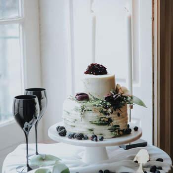 Foto: Meraki Studio - pastel de bodas con frutas moradas