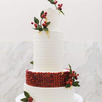 Foto: Jenny Quicksall Photography - Pastel de bodas blanco con detalles rojos. Perfecto para bodas en invierno