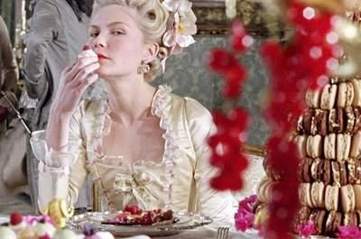 Marie Antoinette di Sofia Coppola (2006). Alla sua destra, una dorata torta di macarons