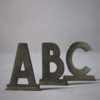 Des lettres feront sensation sur vos tables de mariage ! Des marques-places originaux. Photo : Bhldn