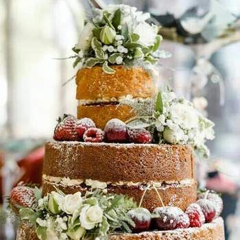 "<a href=""https://www.zankyou.pt/f/baunilhachocolate-16854"">Naked Wedding Cake. Foto: Baunilha&Chocolate </a>"