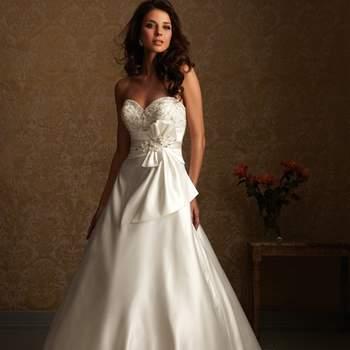 Un vestido de línea fabulosa en satén suave. El corpiño strapless tiene bordados y cristales con un escote corazón. La cintura natural se acentúa con un detalle de lazo en bandas.