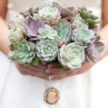 Un bouquet de mariée champêtre et naturel ! Les artichauts vont faire sensation ! - Source : Style Me Pretty