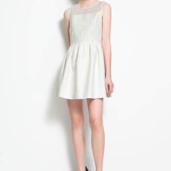 Robe courte blanche Zara. Un modèle simple et bien coupé. Photo : www.zara.com