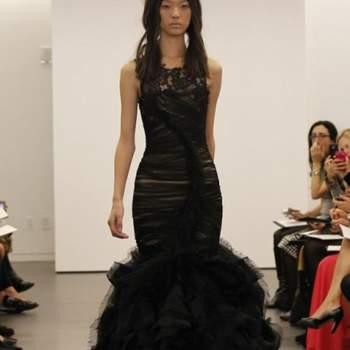Robe de mariée noire Vera Wang Automne 2012. Modèle fourreau tout en volume à partir de mi-cuisse.